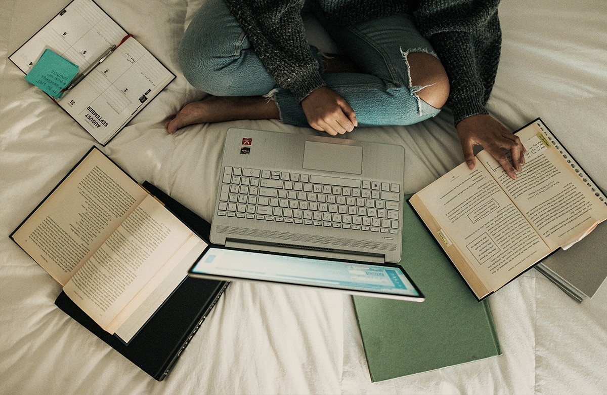 MPU Vorbereitung mit Laptop und Büchern