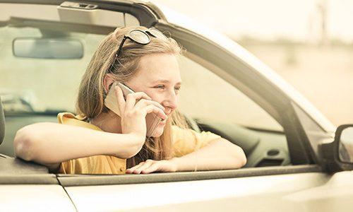 Frau am Telefon sichert sich das kostenlose Erstgespräch