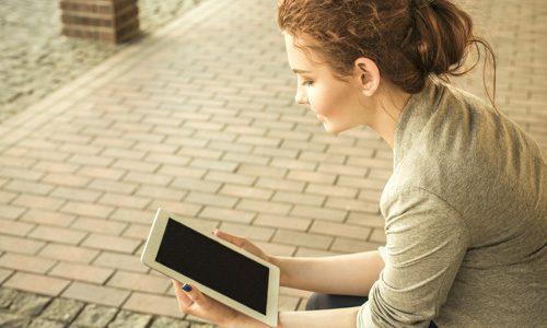 Frau bei der MPU Online Vorbereitung am Tablet