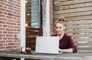 Frau am Laptop im Online Meeting