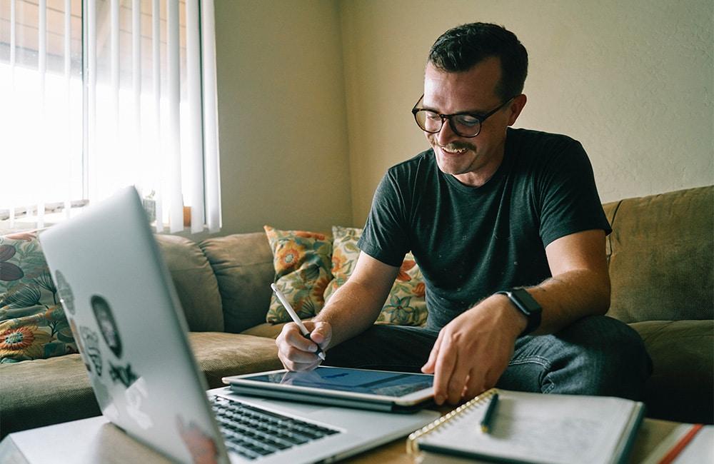 Mann bei der Online MPU Vorbereitung im Lockdown