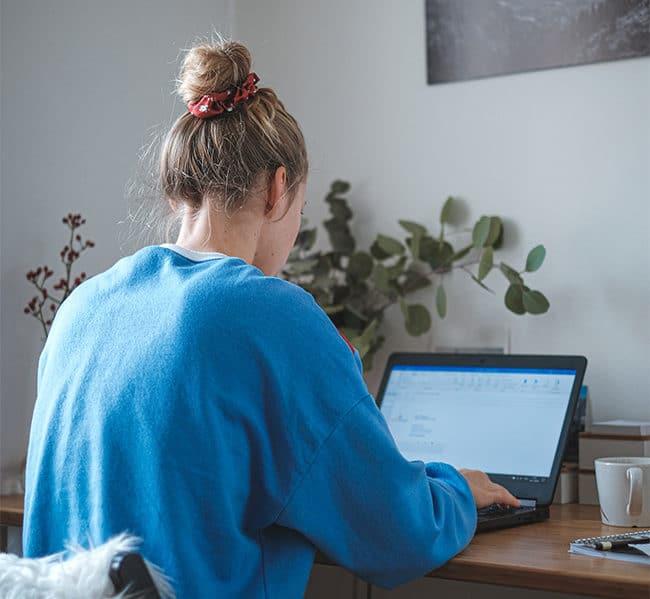 Frau am Laptop bei der MPU Online Vorbereitung